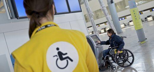 一家庭控诉 Alaska Airlines 未尽服务之责,导致家中75岁长者自行坐轮椅而跌落手扶梯身亡