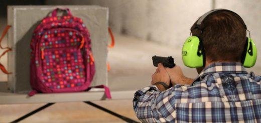 校园枪击谣言困扰华人家长 买防弹板放学生书包