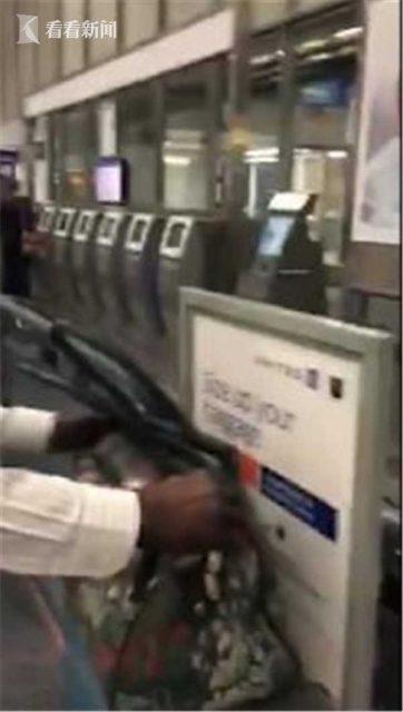 美联航刁难称行李太大 乘客亲身演示痛批