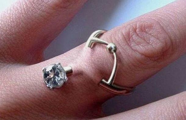 美帝掀起订婚戒新风潮,直接把钻石镶手上?!看着就疼