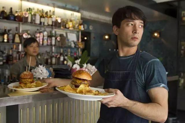 """在美华人服务生对""""洋人""""热情,对同胞冷脸?差别对待引不满!"""