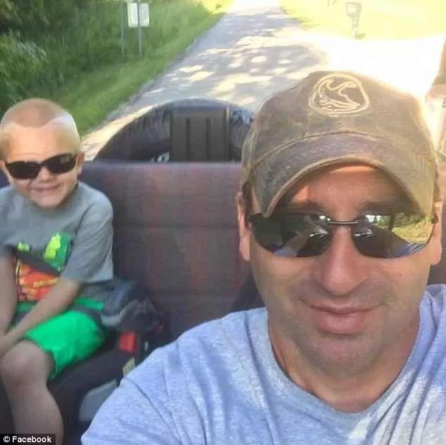 父亲殉职后,这个5岁男孩上课那天,门口70个人站在两旁...