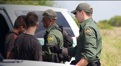 美国海关发布新规定:18岁以下入境,需要授权书!