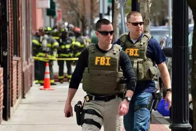 如何合理的应对美国警察,关键时刻能救你一命!周立波就是最好的范例!