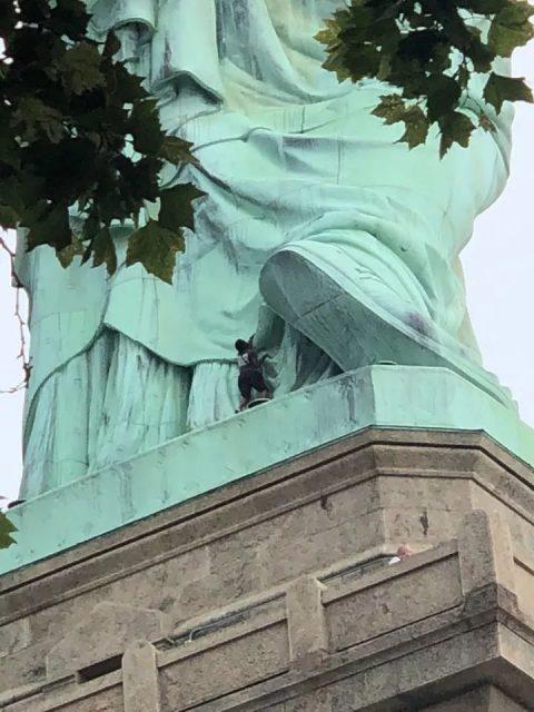 搞笑 | 切记!!!徒手攀岩在美国不给绿卡的哦...