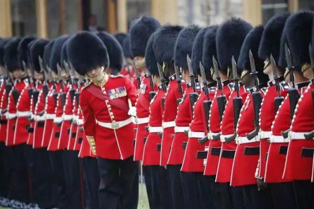 大妈越线拍照, 英国皇家卫兵霸气开路! 网友一片喊赞