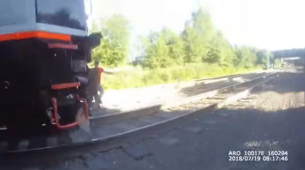美国警察冒死全力冲刺阻止火车撞人,镜头全都录!