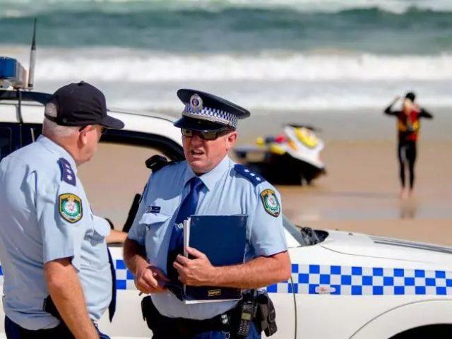 """澳洲小男孩在岸边玩耍,突然被""""无形大手""""拉进深海消失不见!看到这个东西,不要犹豫立马上岸!"""