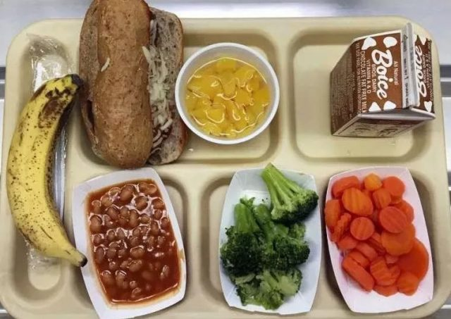 揪心:一小学营养餐仅半碗素面!看完美国学校的免费营养餐,更不是滋味…