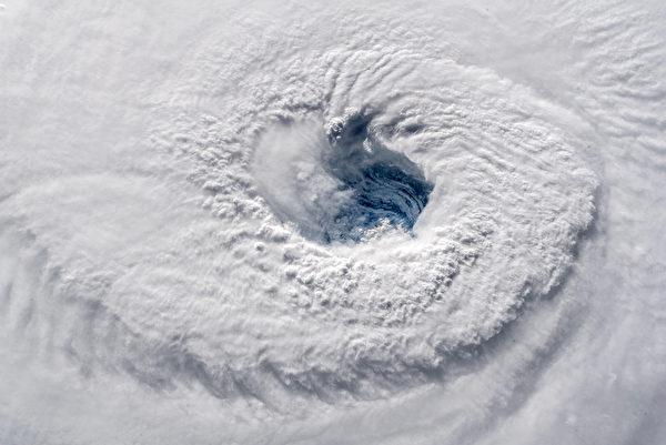 佛罗伦斯飓风掀25米高巨浪 美逾千航班取消