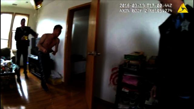 芝加哥警方公布视频:拒绝听从放下菜刀命令 华裔男子遭枪击