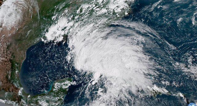 """快讯!迫近美国的飓风""""迈克尔""""已经升级为4级风暴"""