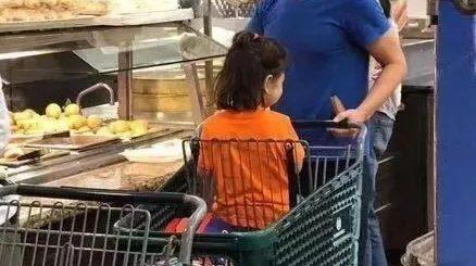 净资产770亿美元的他,惊现华人超市,一手买菜一手带娃,太帅了!
