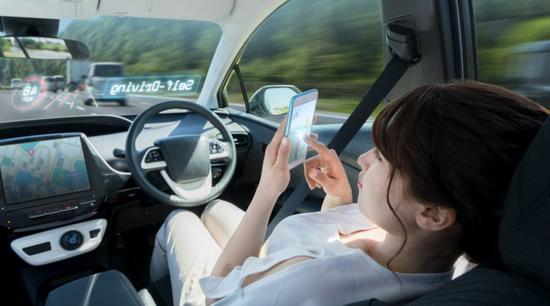 自动驾驶汽车如果路上遭遇险情应该先保护谁