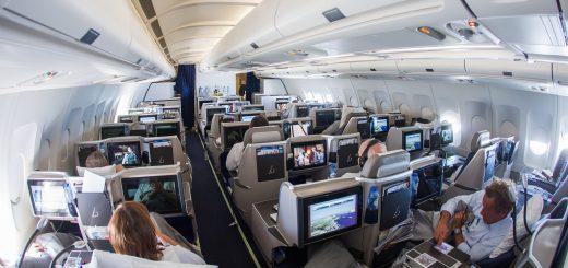 3华人买1张商务舱机票轮流坐 老外看得一愣一愣