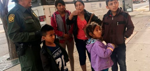 7岁无证客小女孩遭边境当局拘留后死亡 白宫:是悲剧 但不关总统事