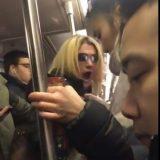 """白女纽约地铁大骂女乘客""""臭中国佬"""" 被其他乘客制服送交警察"""