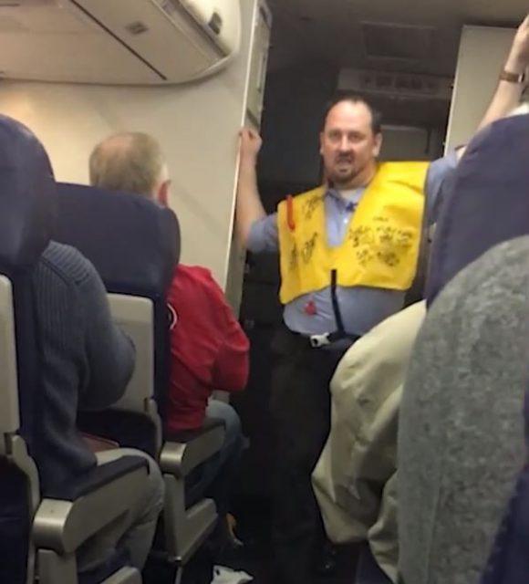 """西南航空男空乘在飞机上大跳""""艳舞"""" 乘客为何纷纷喝彩?"""