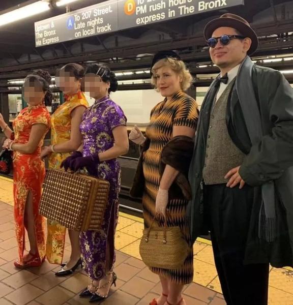 中国大妈一脱成名!纽约地铁上 身姿妖娆 当众脱裤袜 还脱……