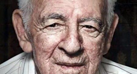老人吃三明治却给1万美金小费 原来是为报恩