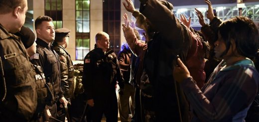新泽西男子赴警局拍狂乱视频后离奇死亡 民众集会抗议