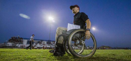 美联航再现服务丑闻 加州截瘫橄榄球教练被迫用屁股滑下飞机