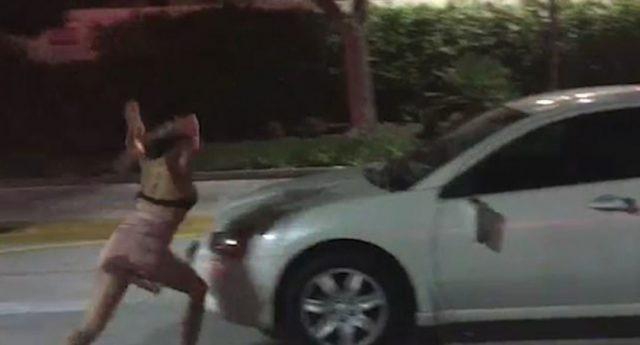 加州醉酒女乘客半裸暴捶网约车!拳打脚踢路人也不放过……