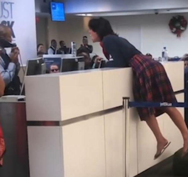 """""""白人强奸了我!""""醉酒精神不稳定加州女乘客大闹机场并称自己有枪……"""