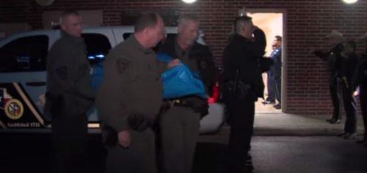 德州警犬Chunky为救警员扑向枪口遭射杀,领犬员跪地痛哭