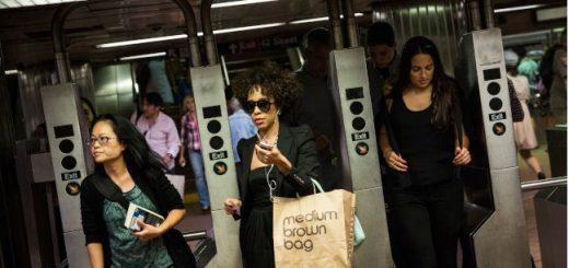 小心!外国扒手入侵纽约地铁!本地扒手太忙 不在乎被瓜分