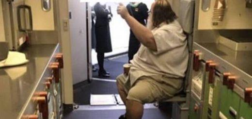不可思议!200公斤胖老外逼华人空姐脱裤子