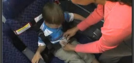 美国的航空公司不设儿童安全带 与孩子同扣安全带被赶下机