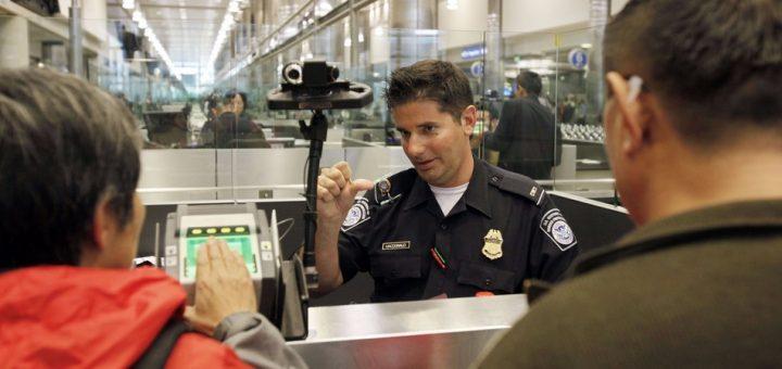 入境美国时被要求解锁电子设备,他愤而投诉CBP