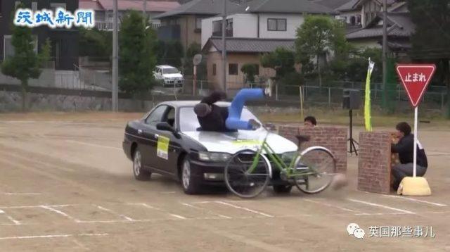 为提高学生交通安全意识,他们现场硬核表演车祸。然而....悲剧了...