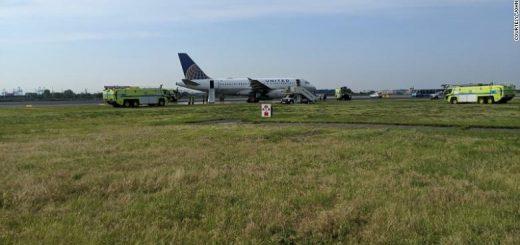 美联航客机爆胎迫降纽瓦克 机场禁止起降致航班延误