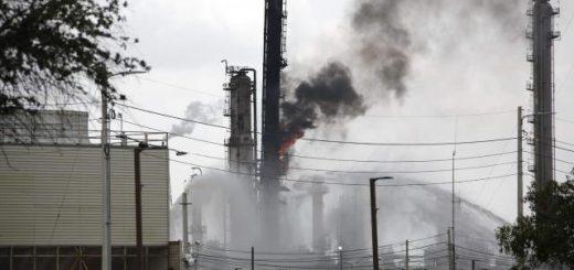 美孚石油公司炼油厂发生火灾 已致66人烧伤