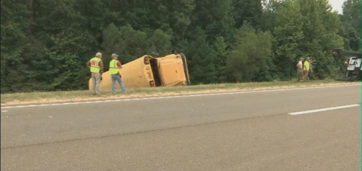 田纳西校车高速翻车 司机死亡8名儿童受伤