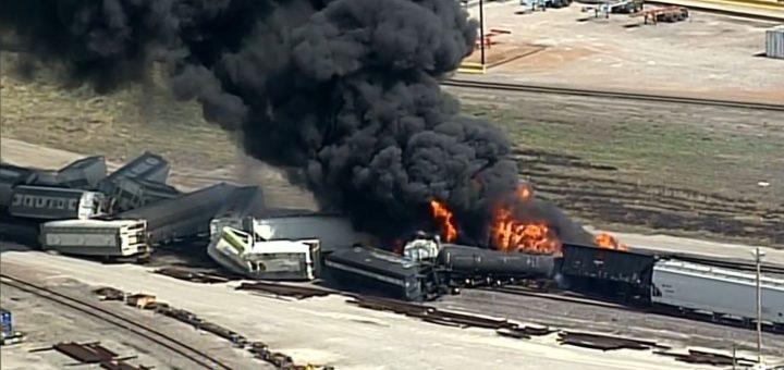 黑烟漫天 伊州火车脱轨引危险品爆燃 附近学校居民撤离