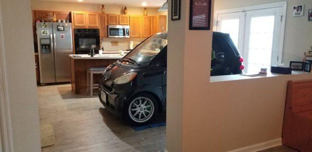 这也行?为免自家汽车被飓风吹走,美国夫妇把车开进厨房客厅停放