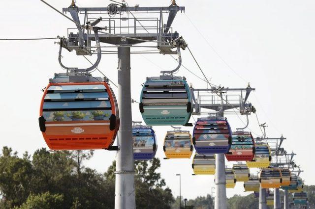 佛州迪士尼公园缆车突发事故 游客高空被困数小时