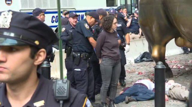 气候抗议者泼假血 华尔街铜牛又遭殃