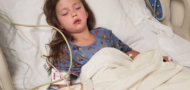 孩子刷牙时家长要留意!牙刷戳破5岁女孩喉咙伤口达一英寸