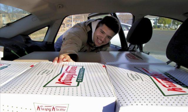 他每周开车270英里,跨州倒卖甜甜圈,只为……