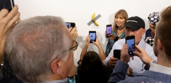"""12万美元香蕉是啥味?行为艺术家吃掉香蕉""""艺术品"""""""
