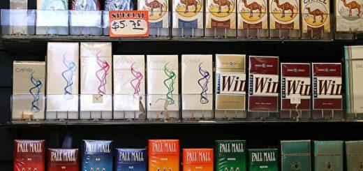 川普签署法律 满21岁才能购买烟草