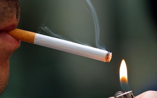 纽约华裔人群吸烟率高 卫生局发放戒烟贴望市民领取