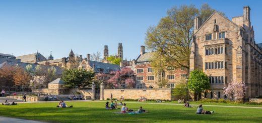 美国大学学费10年暴涨30% 上大学值得吗?