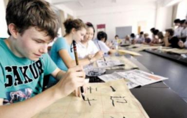 纽约高中毕业率创新高 亚裔毕业率领先其他族裔学生