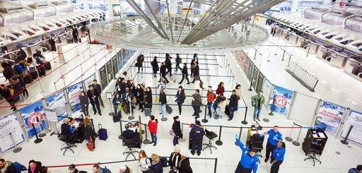 新冠疫情旅行限制施行后 已至少140人被拒入境美国