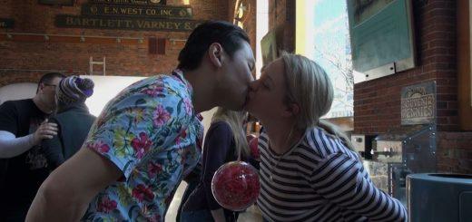 亲得脸抽筋!波士顿亲吻挑战赛奇葩战术大比拼